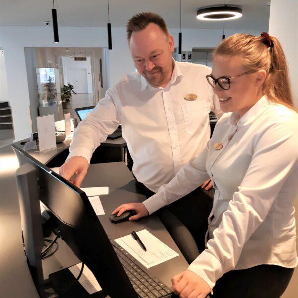 Hoteller skal investere mere i fremtidens faglærte receptionister